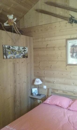 Habillage des murs et plafond (lames de bois sapin thermo-brossé)